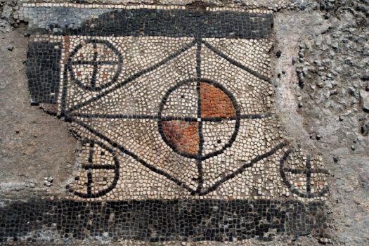 Las formas geométricas son notablemente visibles en el mosaico.