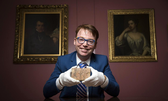 El profesor Daniel Mansfield enseña la tablilla Plimpton 322, que se conserva en la Biblioteca de Manuscritos y Libros Raros de la Universidad de Columbia, en Nueva York.