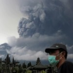 Evacuarán a 100.000 personas ante erupción inminente de volcán en Bali