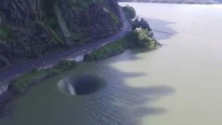 «Portal on the water» leaves swimmers in Lake of California surprised