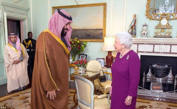Reina Isabel II de Inglaterra junto a Mohámed bin Salmán, príncipe de Arabia Saudita