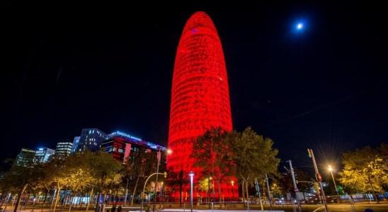 La Torre Agbar de Glòries, iluminada de rojo (ARCHIVO)