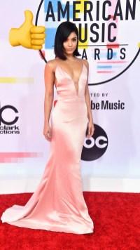 Vanesa Hudgens: vestido satinado de color rosa pálido de Cushnie