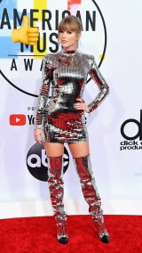Taylor: mini vestido disco ball de Balmain con botas altas