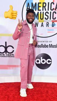 Khalid: conjunto rosa con una playera turtleneck blanca y zapatos a juego