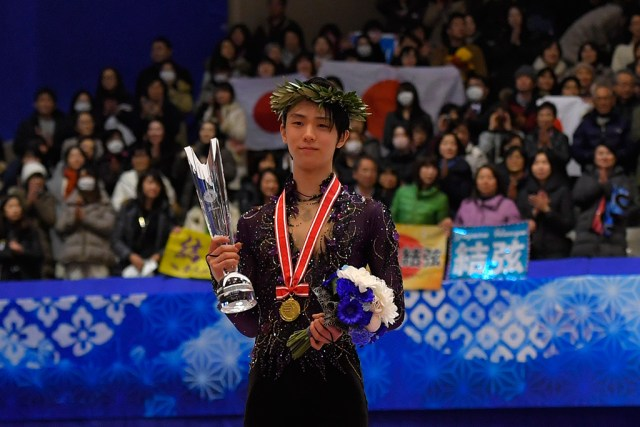 El patinaje de Yuzuru. Yuzuru Hanyu won gold in Sapporo with 55 points to spare over France's silver medalist Kevin Aymoz © International Skating Union