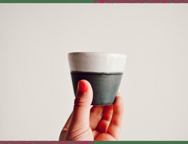 Une tasse réalisée à l'atelier de poterie avec Wecandoo