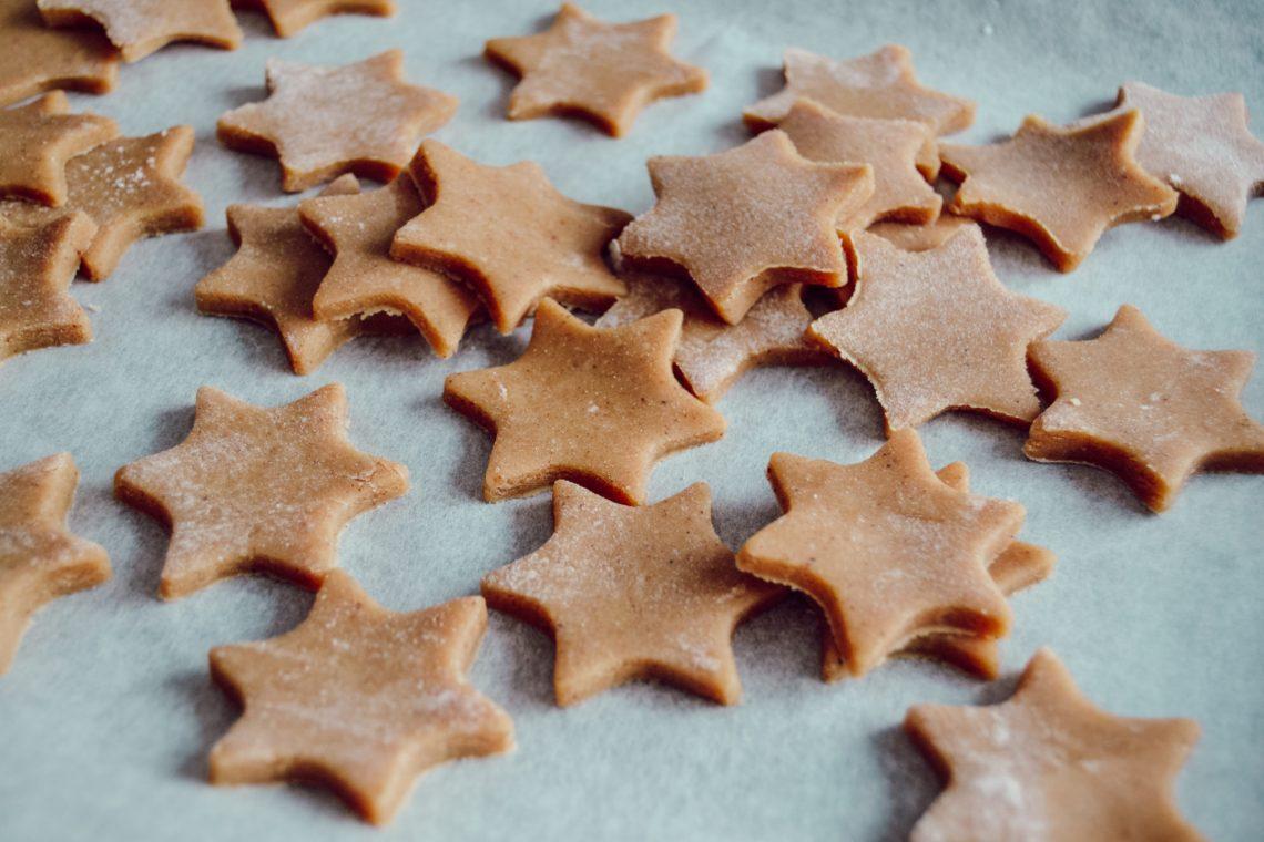 Des biscuits de Noël avec un emporte-pièce étoile