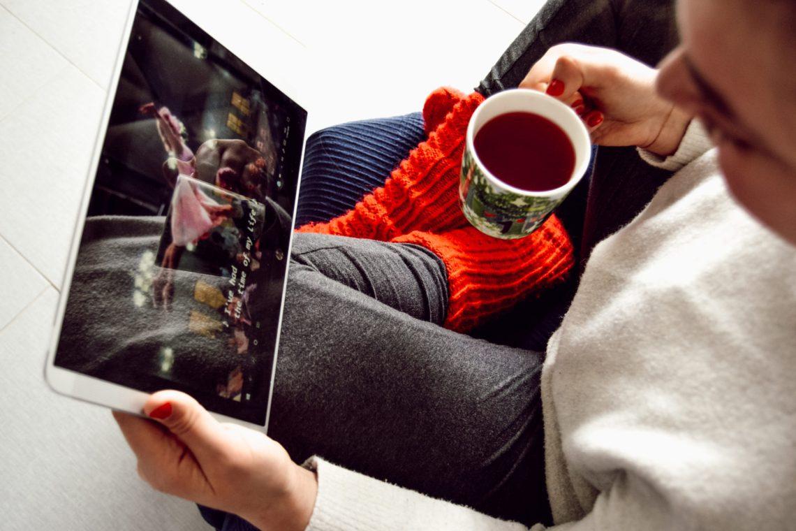 Emmy qui regarde Dirty Dancing sur une tablette avec son thé et ses chaussettes rouges