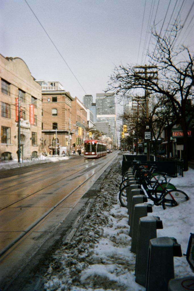 Le streetcar sur King Street à Toronto en hiver