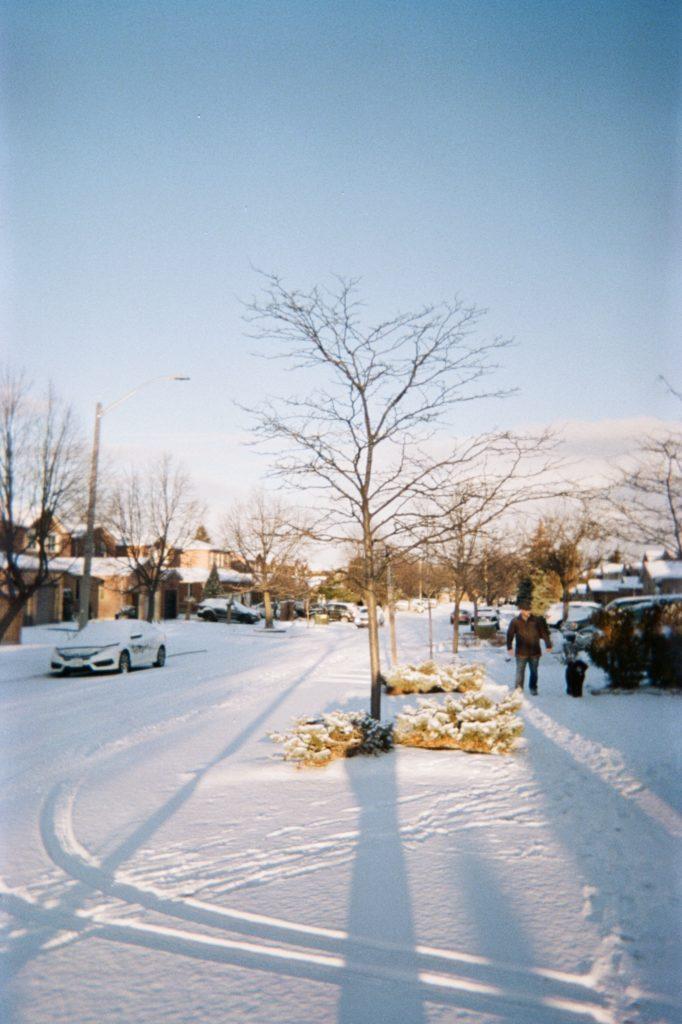 Les rues résidentielles de Missisauga enneigées en plein hiver
