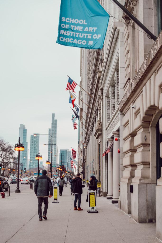 Les rues en plein hiver à Chicago, avec la skyline en fond