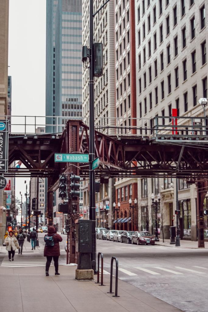 Les rues de Chicago en hiver avec le métro aérien et les buildings