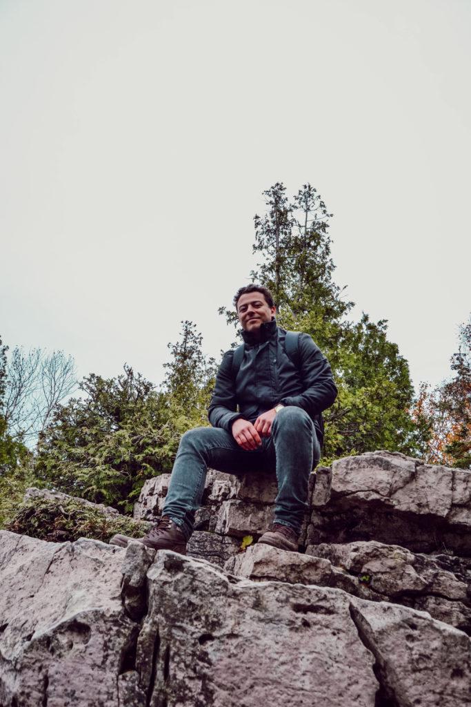 Andrés sur une falaise dans le Parc Péninsule-Bruce à Tobermory au Canada