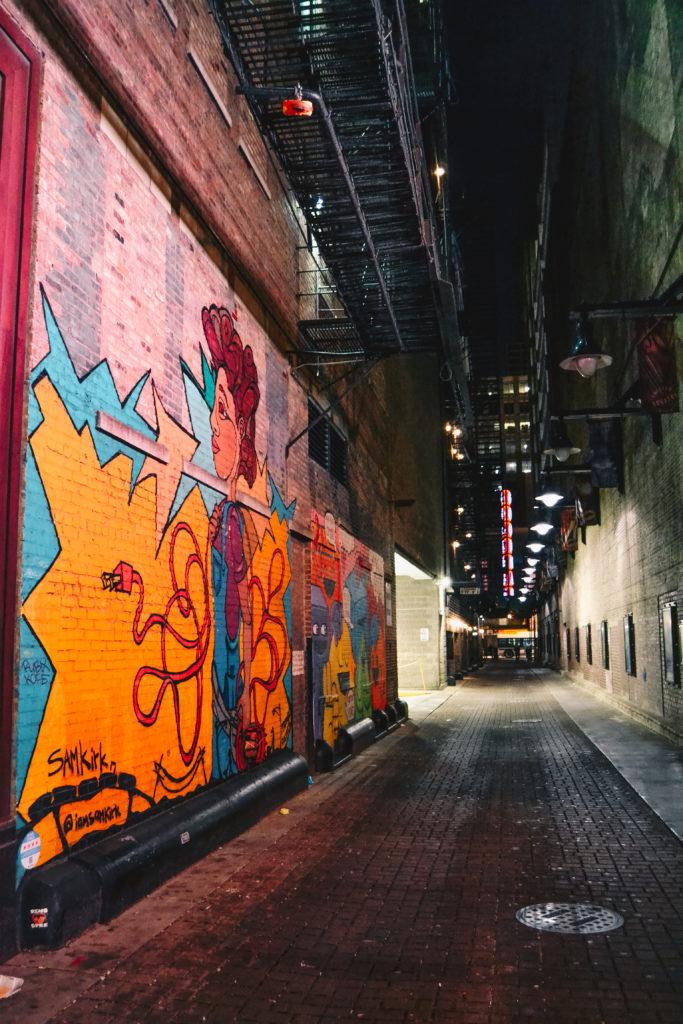 Street-art de nuit dans les rues de Chicago