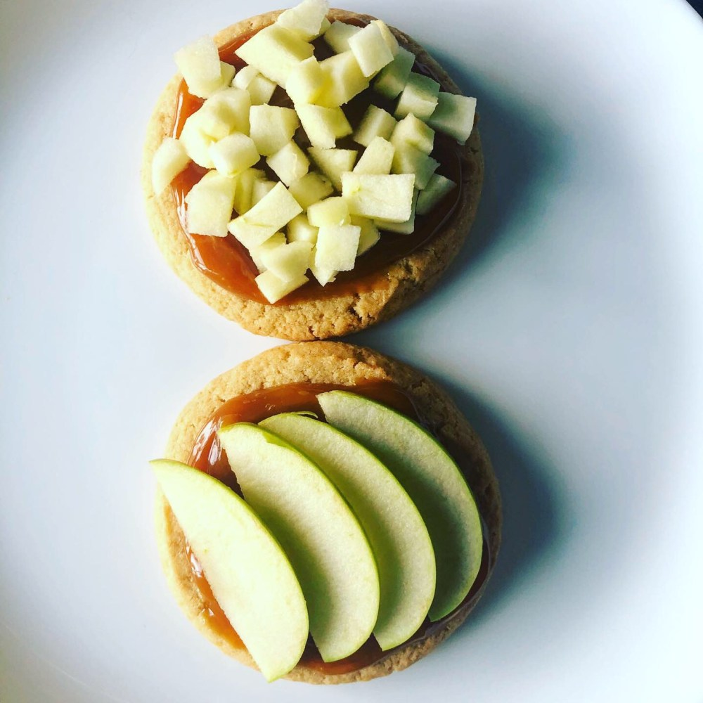 Sugar cookies with caramel and apples