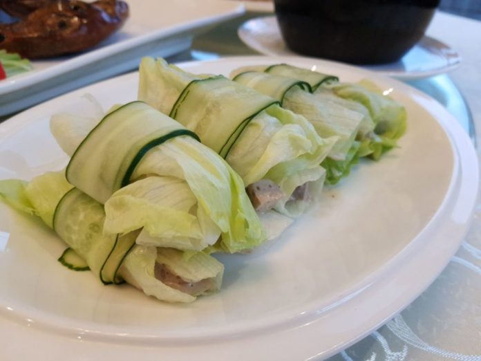 Diced Duck Meat with Special Sauce Wrapped With Lettuce
