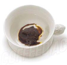 Marc de café au fond de la tasse à café