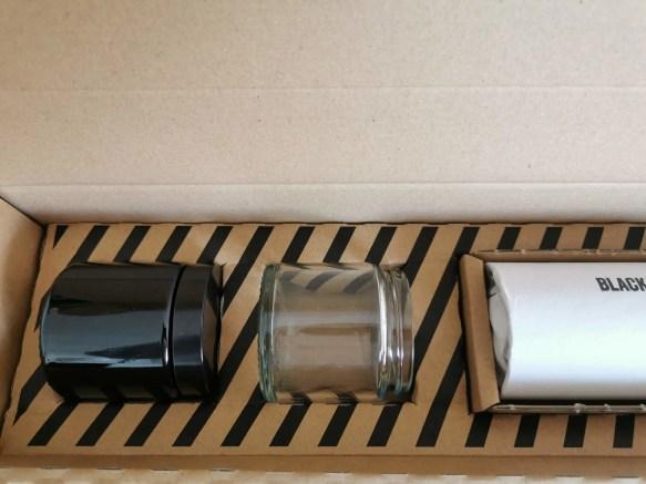 Deux récipients en verre : un transparent, l'autre fumé
