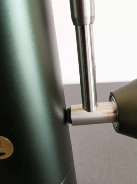 Un petit caoutchouc protège le corps du moulin lorsque l'on rétracte la manivelle du du Timemore Chestnut x