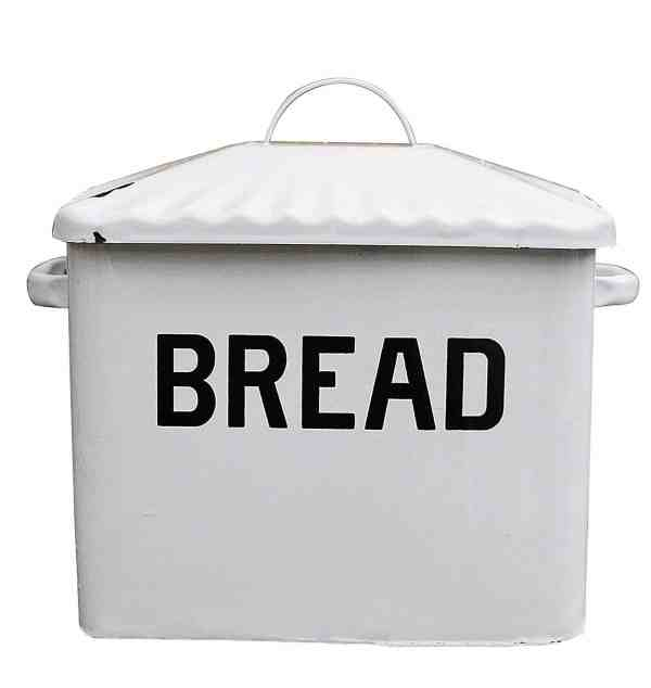 White Metal Bread Box #farmhousekitchen #fixerupperstyle #farmhousestyle