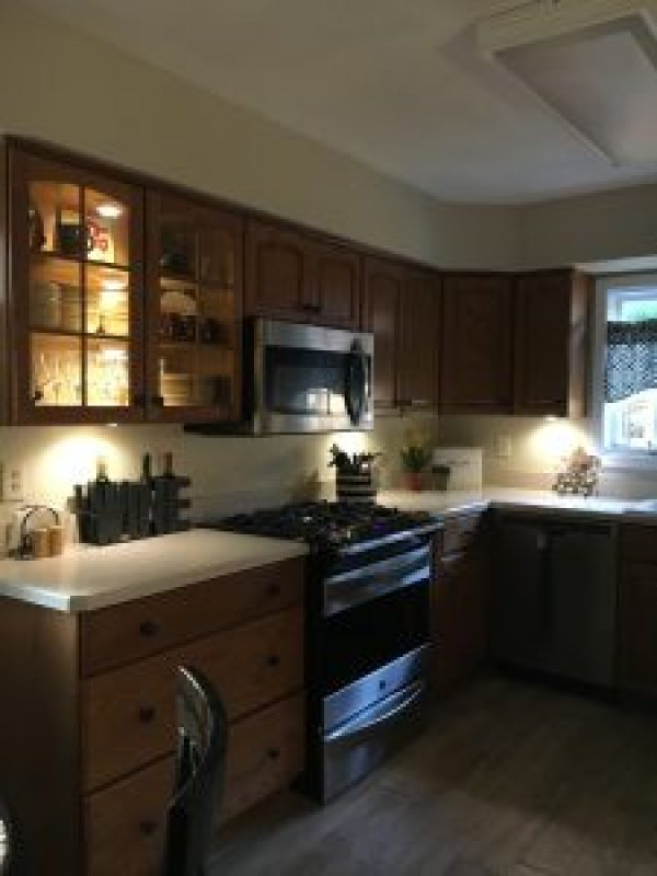 Inexpensive kitchen cabinet lighting #diy #budget #kitchenlighting