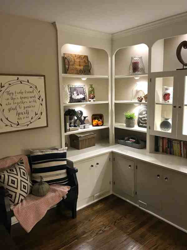 Inexpensive undermount lighting for bookshelves #diy #farmhousedecor #bookcase #ideas