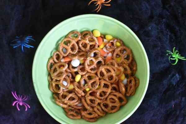 Halloween Snack Mix #easytreats #halloweensnacks #treats #halloweencandy