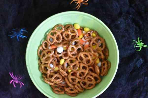 Halloween Snack Mix #easytreats #halloweensnacks #treats #halloweencandy