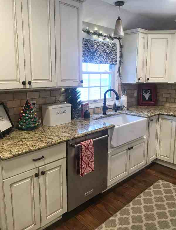 Simple farmhouse holiday decor #kitchen #cottagestyle #rustic