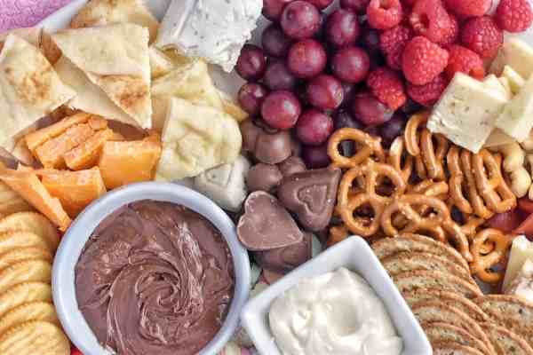 How to create the perfect Valentine's Day cheese board #charcuterieboard #valentinesdaydesserts #kidfriendly