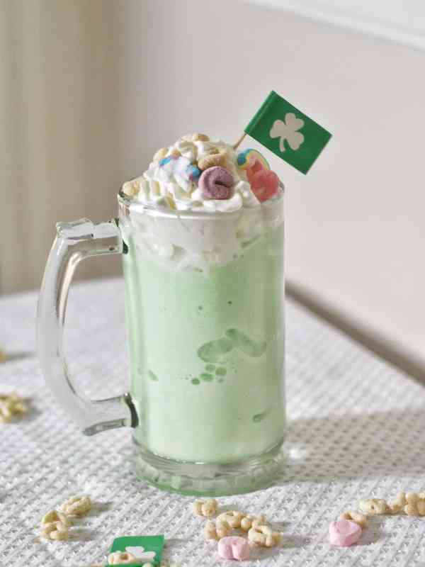 St. Patrick's Day Milkshake Recipe that you can make in minutes #easy #nonalcoholic #kidfriendly #greenfoods