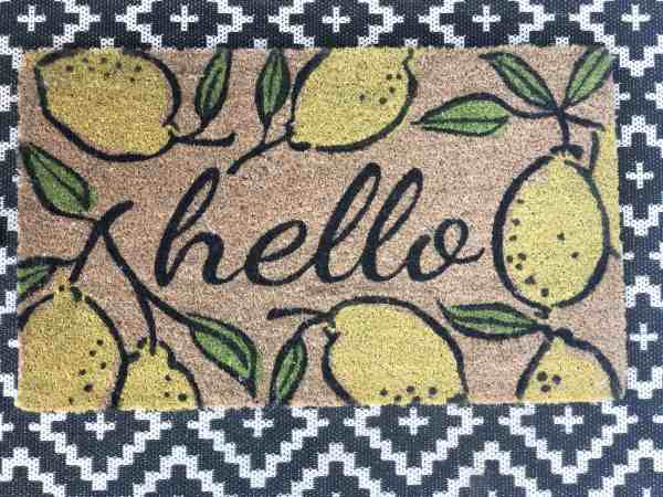 front porch decor ideas #layereddoormat #rugs #lemons #blackandwhite #frontdoor
