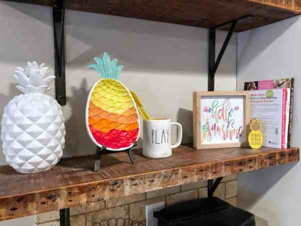 Inexpensive summer decor ideas from Target #farmhousestyle #farmhouseshelving #pineapples