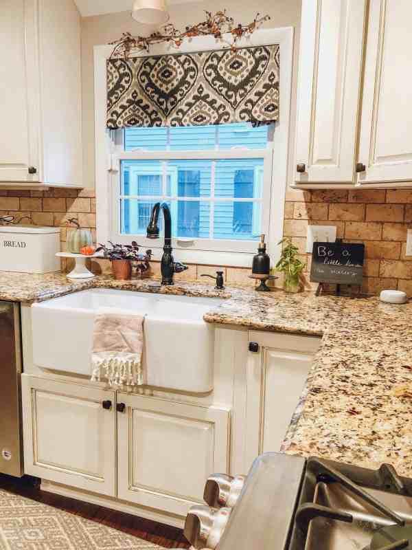 Fall Kitchen Decor #farmhouse #farmhousesink