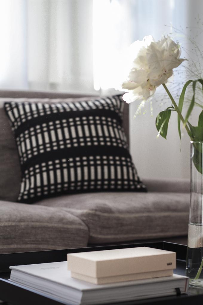 Olohuoneen uusi Linie Design Asko-villamatto luonnonvalkoinen Johanna Gullichsen tyyny Coffee Table Diary