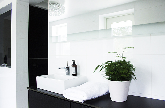 Modern bright spa and bathroom, Kelly Hoppen style, Kartell La Boheme, kotikylpylä, kylpyhuoneremontti, Coffee Table Diary blog