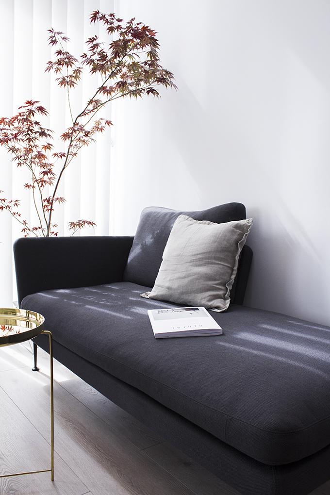 idkuva Asuntomessut Vantaa Potius Isokivi A japaninvaahtera, Vitra Citterio-sohva, E15 messinkipöytä