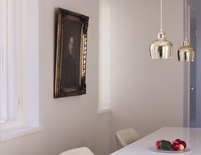 Kitchen Kvik Mano, walls Farrow & Ball Strong White, Artek Golden Bell, Alvar Aalto