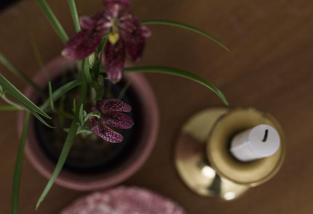 Messinkinen kynttilänjalka Coffee Table Diary