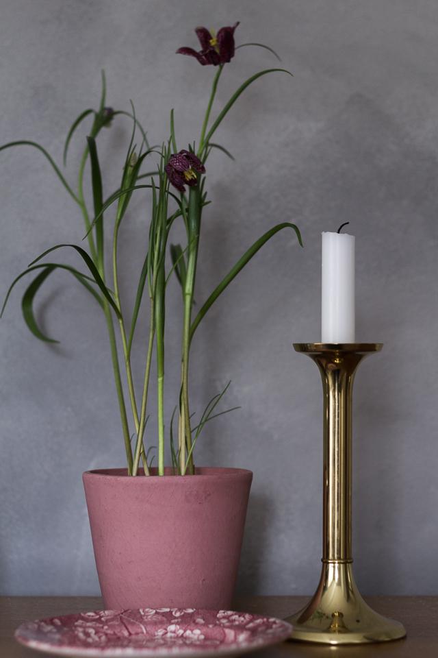 Messinkinen kynttilänjalka betoniseinä Coffee Table Diary