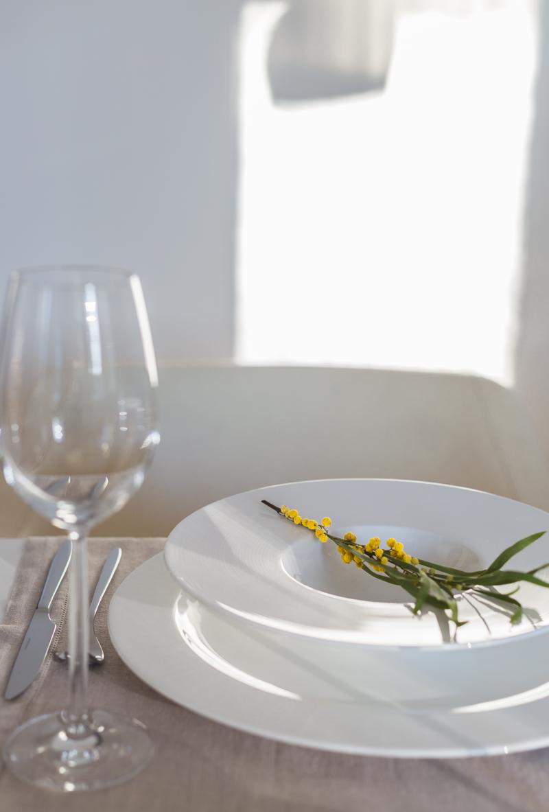 helppo pääsiäiskattaus, minimalistinen pääsiäinen, mimosan oksa - Coffee Table Diary blogi