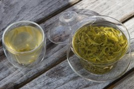 biluochun-green-tea-on-wooden-table