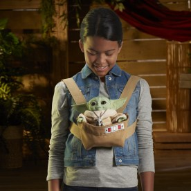 STAR WARS THE CHILD ANIMATRONIC EDITION WITH 3-IN-1 CARRIER - lifestyle (3)