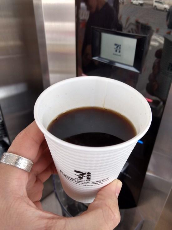 ホットコーヒーR(税込100円) 前回の豆よりも少しビターな印象! 焙煎や豆のブレンドを変えた成果が顕著に出ている。 蒸らしの時間調整のおかげでさらにしっかりとした濃さになっている!