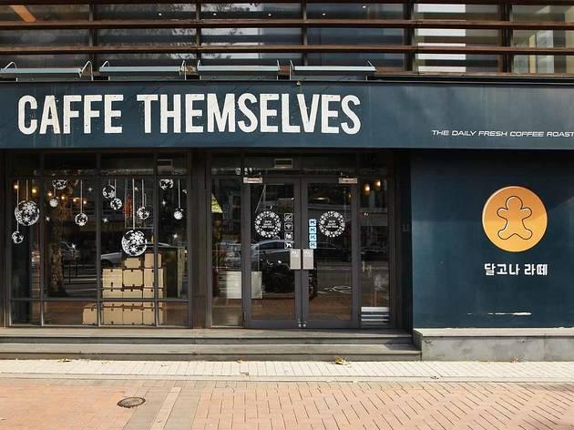 韓国にはコーヒー豆にこだわりを持った自家焙煎カフェが多くある。 写真はジョンノサンガにある有名店CAFE THEMSELVES
