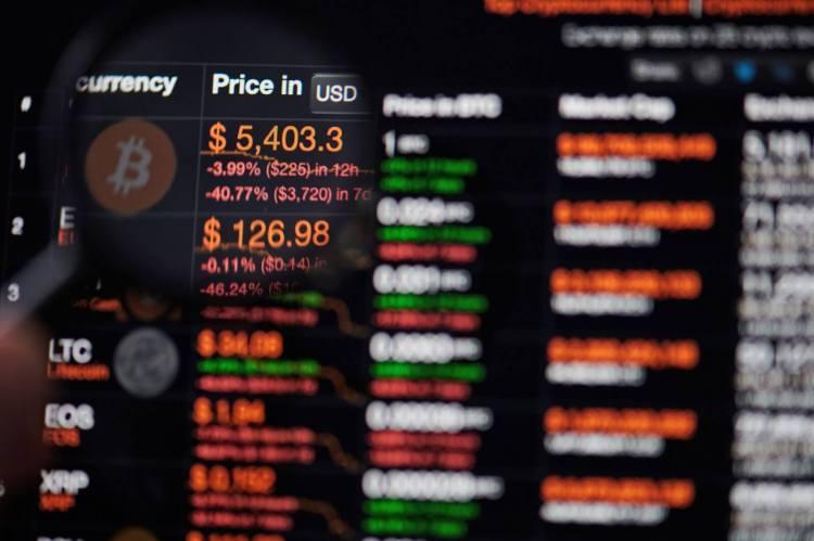 Ein Bildschirm der die Krypto-Börse mit verschiedenen Kursen der digitalen Vermögenswerte darstellt