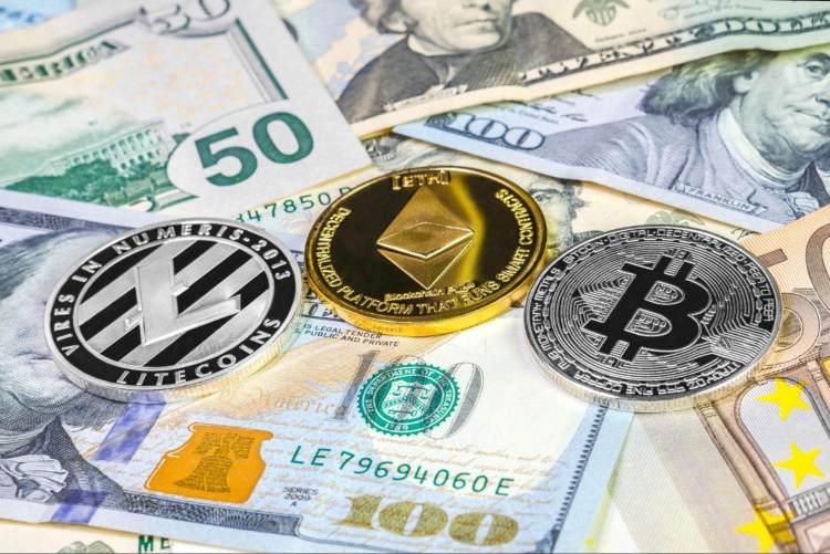 Ein einzelner physischer Bitcoin, Ethereum Coin und Litecoin auf vielen Dollarscheinen