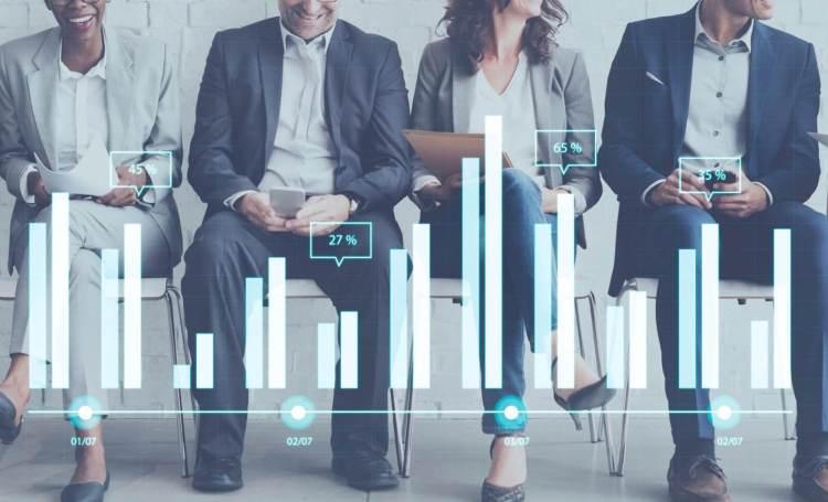 Eine Grafik, die die Datenübertragung darstellt. Vier Geschäftsleute sitzen nebeneinander und einige Balkendiagramme befinden sich am unteren Rand des Bildes