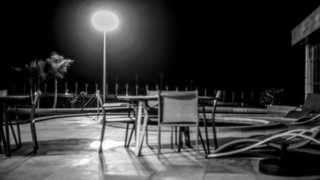 mesas e cadeiras vazias à beira da piscina